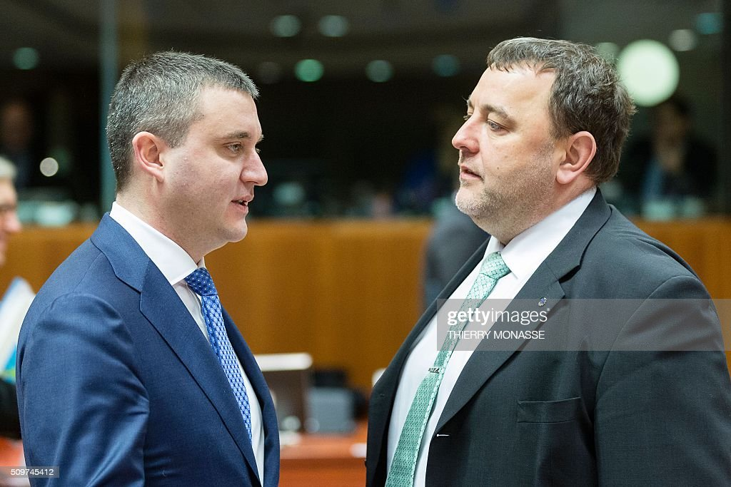 Bulgaria's Finance Minister Vladislav Goranov (R) talks with Estonia's Finance Minister Sven Sester prior to the European Union Eco-Finance Council meeting at the EU Council building in Brussels on February 12, 2016. AFP PHOTO / THIERRY MONASSE / AFP / THIERRY MONASSE