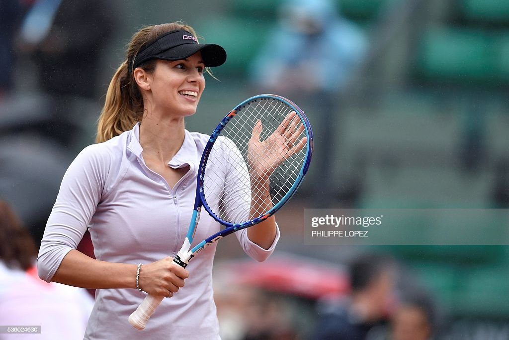 Bulgaria's Tsvetana Pironkova celebrates after beating Poland's Agnieszka Radwanska during their women's fourth round match at the Roland Garros 2016 French Tennis Open in Paris on May 31, 2016. / AFP / PHILIPPE