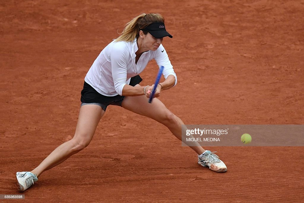 Bulgaria's Tsvetana Pironkova returns the ball to Poland's Agnieszka Radwanska during their women's fourth round match at the Roland Garros 2016 French Tennis Open in Paris on May 29, 2016. / AFP / MIGUEL
