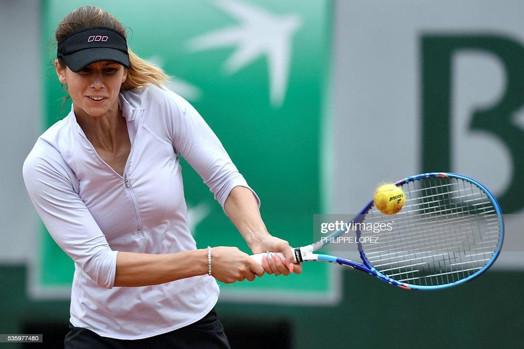 Bulgaria's Tsvetana Pironkova returns the ball to Poland's Agnieszka Radwanska during their women's fourth round match at the Roland Garros 2016 French Tennis Open in Paris on May 31, 2016. / AFP / PHILIPPE