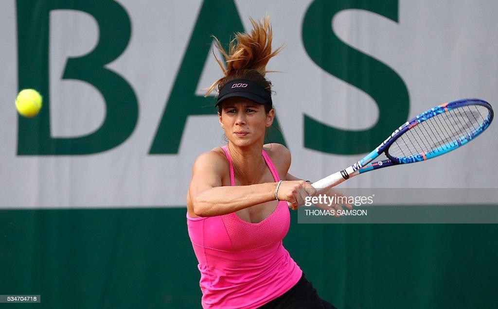 Bulgaria's Tsvetana Pironkova returns the ball to the US's Sloane Stephens during their women's third round match at the Roland Garros 2016 French Tennis Open in Paris on May 27, 2016. / AFP / Thomas SAMSON