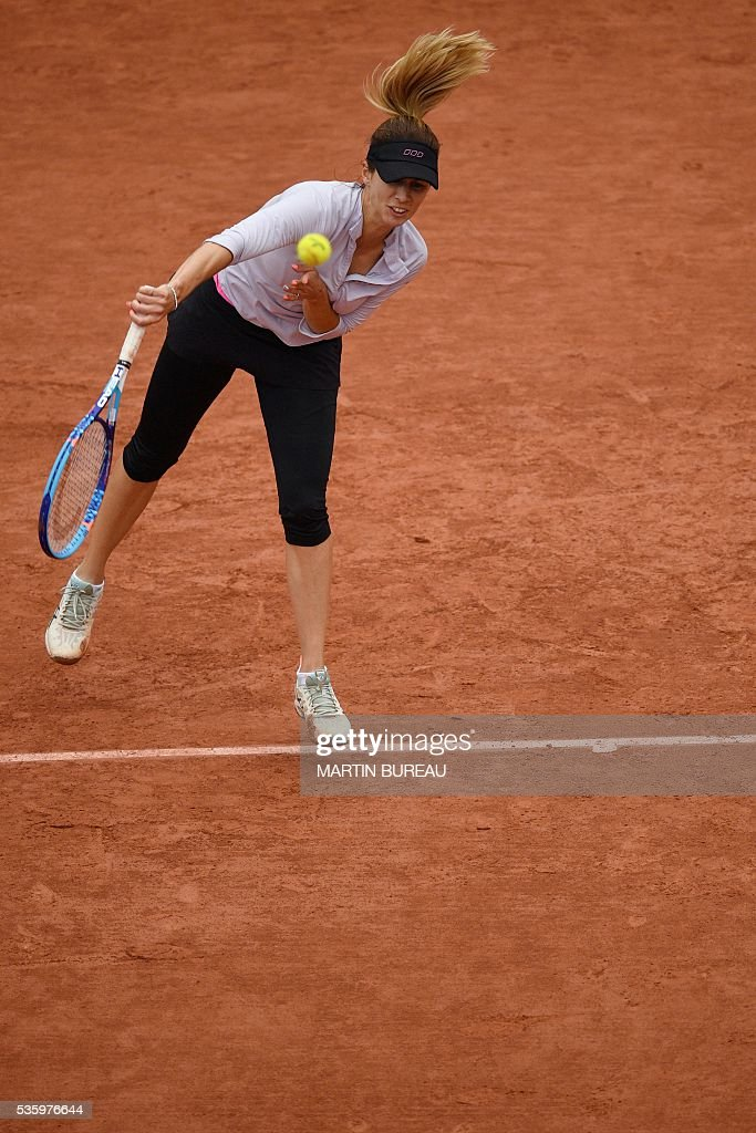 Australia's Samantha Stosur returns the ball to Romania's Simona Halep during their women's fourth round match at the Roland Garros 2016 French Tennis Open in Paris on May 31, 2016. / AFP / MARTIN