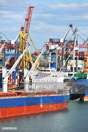 Bulk cargo ship under port crane : Stock Photo