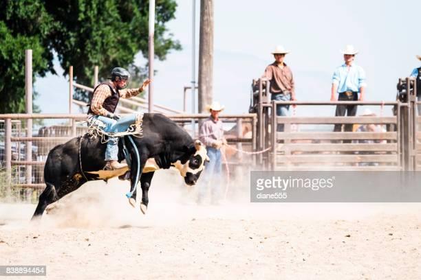 Bull-Fahrer bei einem Kleinstadt-Rodeo