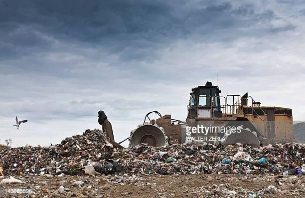 ブルドーザーにゴミ収集センター