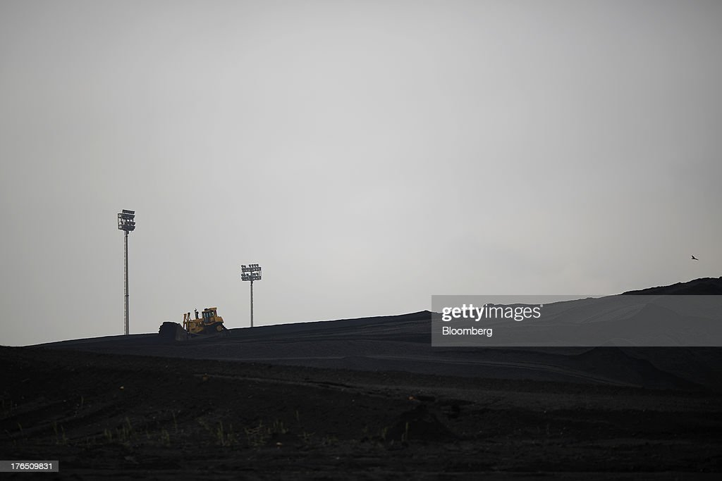A bulldozer operates atop a mound of coal at the Tennessee Valley Authority Paradise Fossil Plant in Paradise, Kentucky, U.S., on Tuesday, Aug. 13, 2013. The plant generates and delivers 14 billion kilowatt-hours of coal-fired electricity per year to Western Kentucky and Nashville, Tennessee. Photographer: Luke Sharrett/Bloomberg via Getty Images