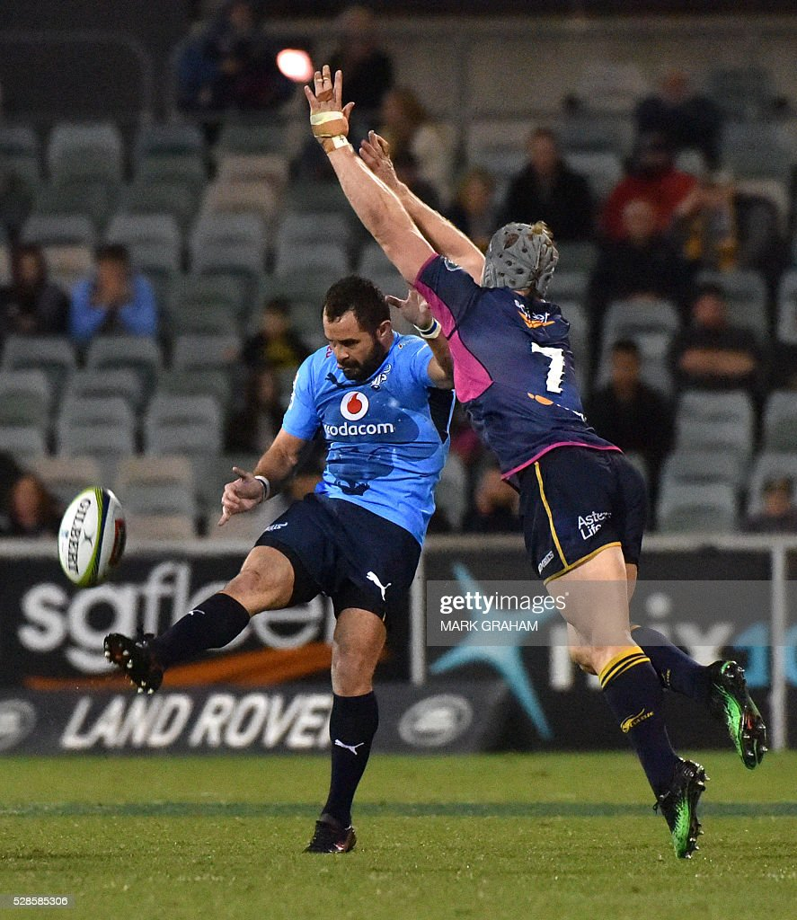 Bulls player Francois Brummer (L) gets the ball away from Brumbies player David Pocock (R) during the Super Rugby match between the ACT Brumbies and South Africa's Northern Bulls in Canberra on May 6, 2016. / AFP / MARK