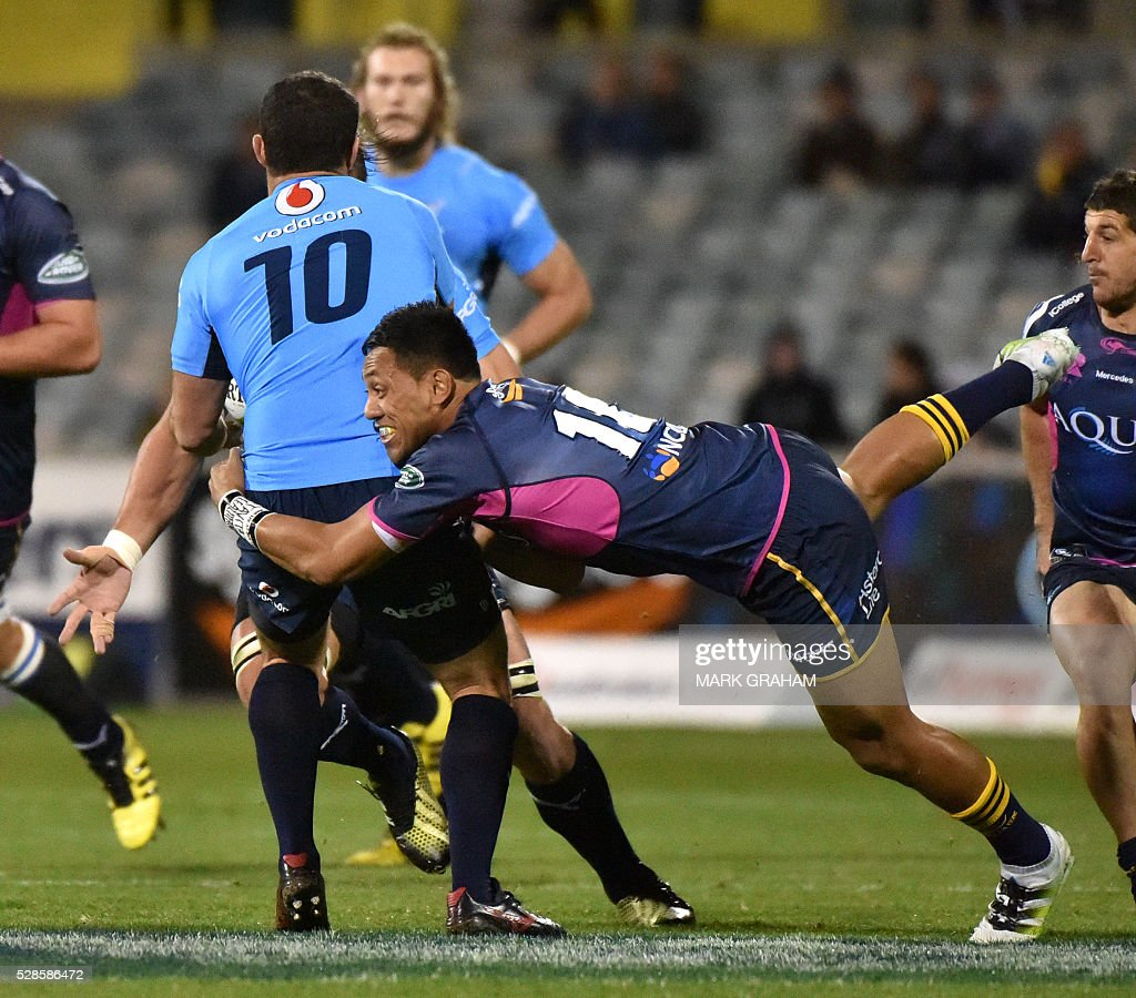 Bulls player Francois Brummer (L) is tackled by Brumbies player Christian Lealiifano (R) during the Super Rugby match between the ACT Brumbies and South Africa's Northern Bulls in Canberra on May 6, 2016. / AFP / MARK