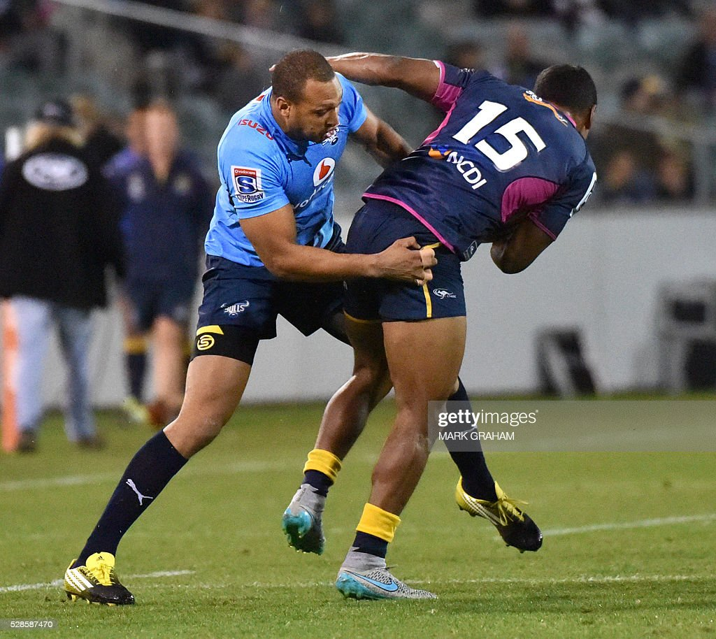 Bulls player Travis Ismaiel (L) tackles Brumbies player Aidan Toua (R) during the Super Rugby match between the ACT Brumbies and South Africa's Northern Bulls in Canberra on May 6, 2016. / AFP / MARK
