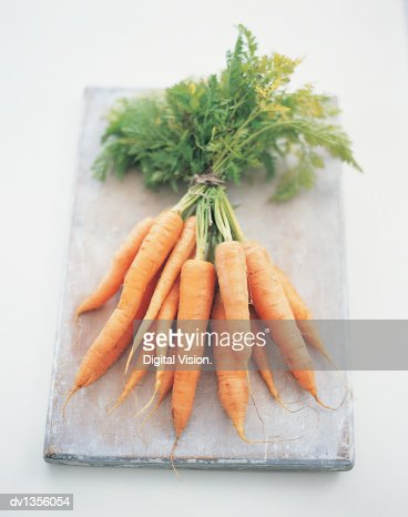 Bunch of Carrots on a Chopping Board : Bildbanksbilder