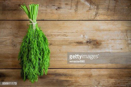 Bando de endro orgânicos frescos em fundo de madeira : Foto de stock