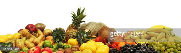 Bündel von Früchten auf weißem Hintergrund