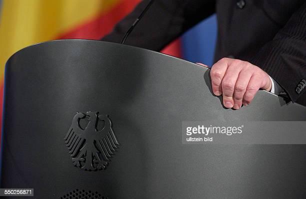 Bundesaußenminister FrankWalter Steinmeier hält sich an seinem Rednerpult fest bei einer Pressekonferenz in Berlin