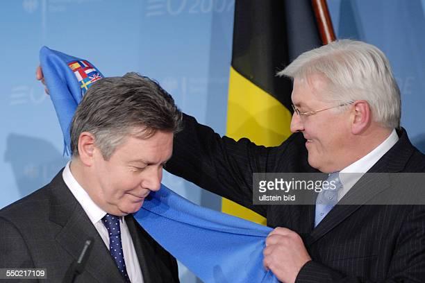 Bundesaußenminister FrankWalter Steinmer und sein belgischer Amtskollege Außenminister Karel de Gucht während einer gemeinsamen Pressekonferenz...