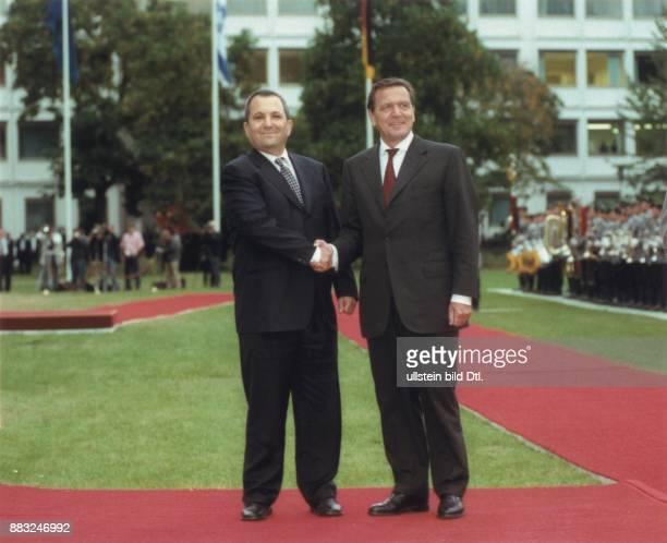 Bundeskanzler Gerhard Schröder begrüßt den israelischen Premierminister Ehud Barak in Berlin Ehud Barak ist der erste offizielle ausländische...