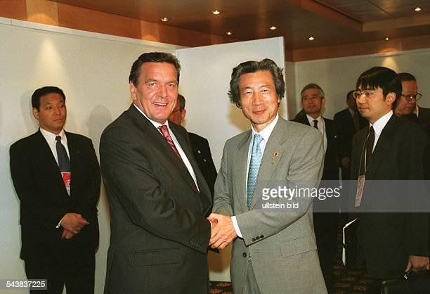 Bundeskanzler Gerhard Schröder und der japanische Premierminister Junichiro Koizumi schütteln sich auf dem Weltwirtschaftsgipfel in Genua die Hände G...