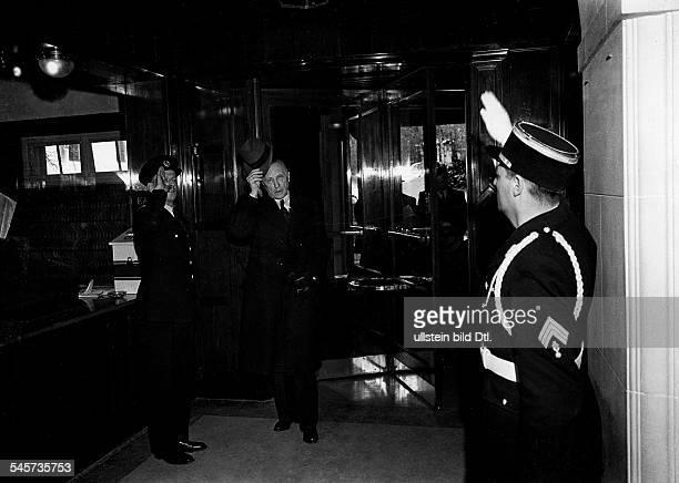 Bundeskanzler Konrad Adenauer bei der Ankunft im Hotel Petersberg inKönigswinter bei Bonn zu einem Gesprächmit den alliierten Hohen Kommissaren