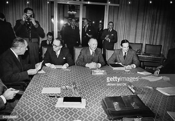 Bundeskanzler Konrad Adenauerwährend eines Besuchs bei den 3 HohenKommissaren auf dem Petersberg inKönigswinter bei Bonn Adenauer 2 vonrechts am...