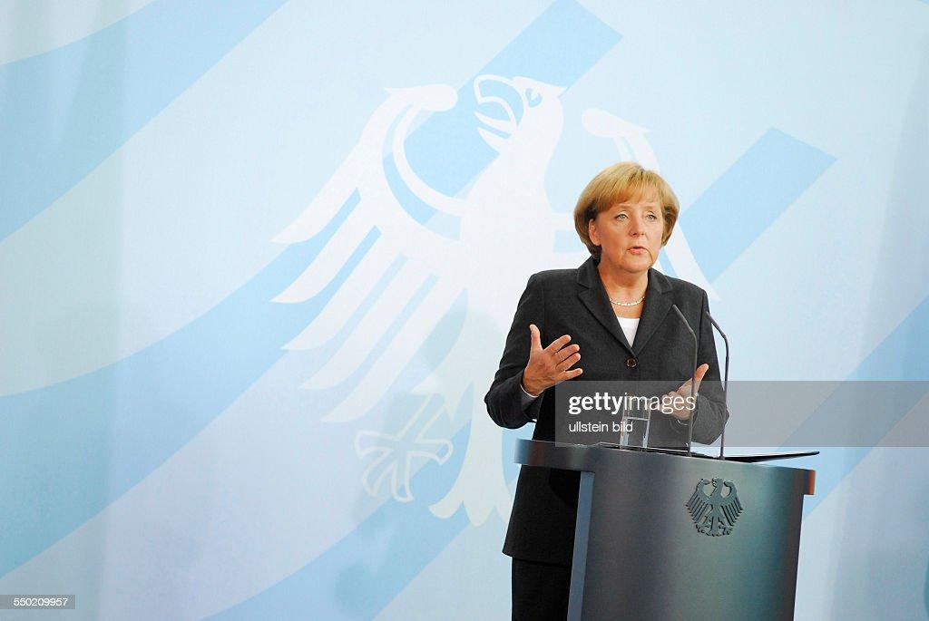 Bundeskanzlerin Angela Merkel während einer Erklärung zum Hilfspaket der Bundesregierung für die deutschen Banken angesichts der Weltweiten...