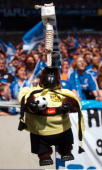 1 Bundesliga 03/04 Gelsenkirchen FC Schalke 04 Borussia Dortmund Schalke Fans haben ein Dortmund Maskottchen an den Galgen gehaengt