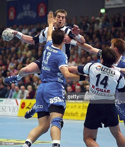 1 Bundesliga 03/04 Lemgo TBV Lemgo HSV Handball Der Hamburger Guillaume GILLE springt gegen die Lemgoer Marc BAUMGARTNER und Volker ZERBE hoch whrend...