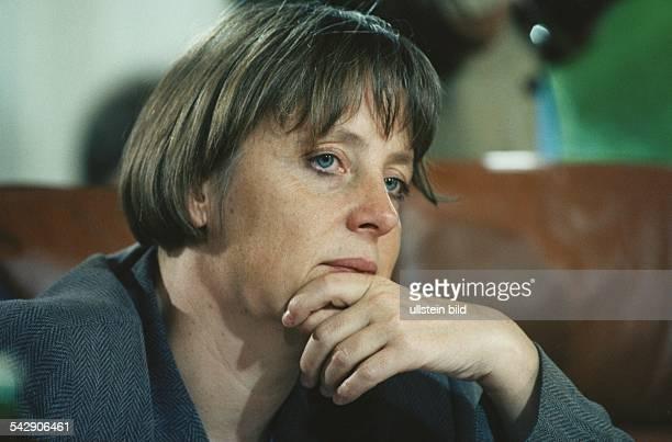 Bundesumweltministerin Angela Merkel mit einer Hand am Kinn und nachdenklichem Gesichtsausdruck Aufgenommen Juni 1997