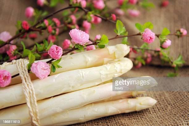 Haufen frischer Spargel auf Jutesack mit blühenden almond