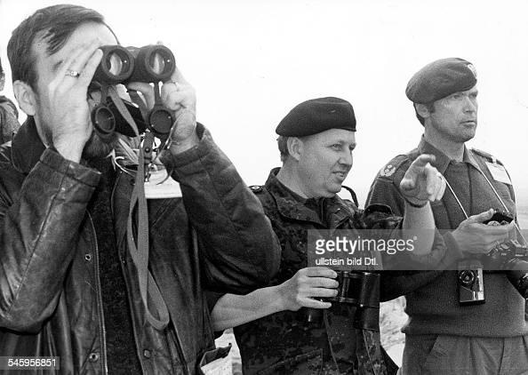 DDR Übung 'Drushba '88' Beobachter aus23 KSZETeilnehmerländern unter ihnen Botschaftsrat Jaakko Halttunen Major Gert Joergensen und der...