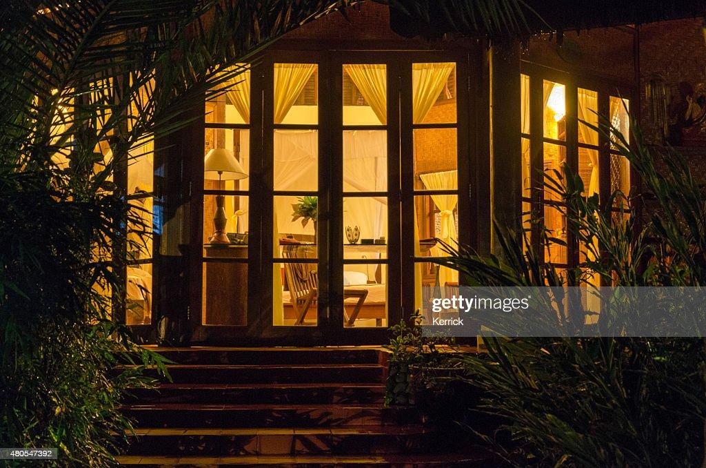 Bangaló em um resort em Bali na Indonésia à noite : Foto de stock