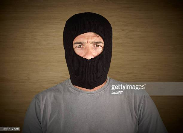 Cambrioleur portant un masque de ski