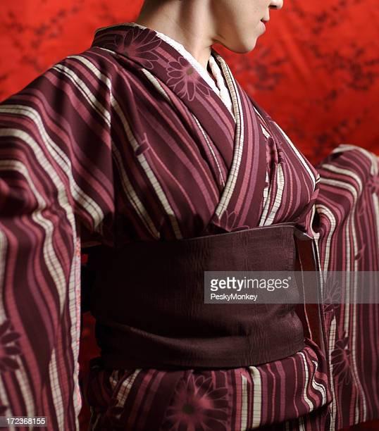 Burgunderrote Kimono Roter Hintergrund
