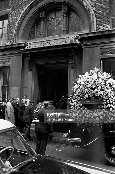Burial Of A Bandit From Oran In Paris En France à Paris le 9 avril 1958 lors de l'enterrement d'un bandit oranais les membres de la famille sortant...