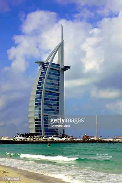 Dubai, Emirati Arabi Uniti-Burj Al Arab contro il cielo drammatico mattina