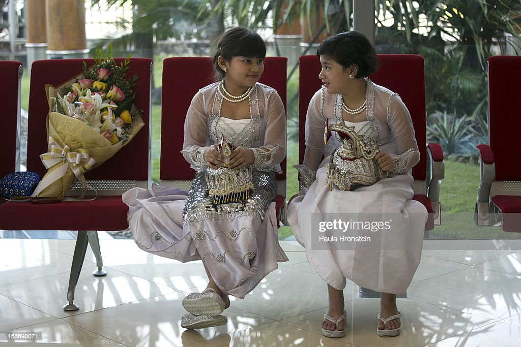 Burmese girls wait to greet US President Barack Obama as he arrives at Yangon International airport during his historical first visit to the country on November 19, 2012 in Yangon, Myanmar. Obama is the first US President to visit Myanmar while on a four-day tour of Southeast Asia that also includes Thailand and Cambodia.