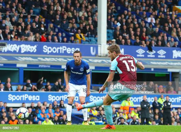 Burnley's Jeff Hendrick scores his side's first goal during the Premier League match between Everton and Burnley at Goodison Park on October 1 2017...