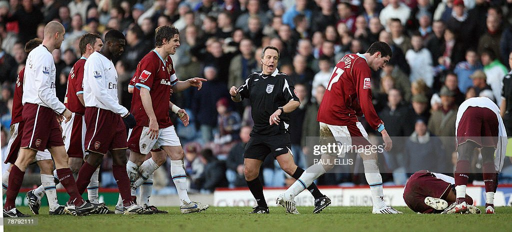Burnley's Kyle Lafferty (3R) looks down at Arsenal's Brazilian midfielder Gilberto Silva (2R) after referee Alan Wiley (C) sent him during their English FA Cup football match at Turf Moor, Burnley, north-west England, 6 January 2008. AFP PHOTO/PAUL ELLIS - Mobile and website use of domestic English football pictures are subject to obtaining a Photographic End User Licence from Football DataCo Ltd Tel : +44 (0) 207 864 9121 or e-mail accreditations@football-dataco.com - applies to Premier and Football League matches.