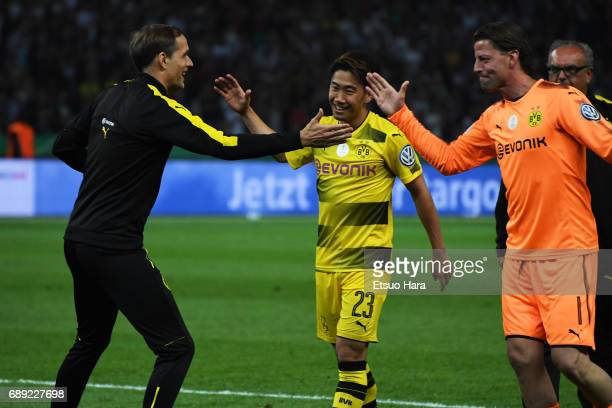 Burussia Dortmund head coach Thomas Tuchel celebrates winning with his player Shinji Kagawa and Roman Weidenfeller at the final whistle of the DFB...