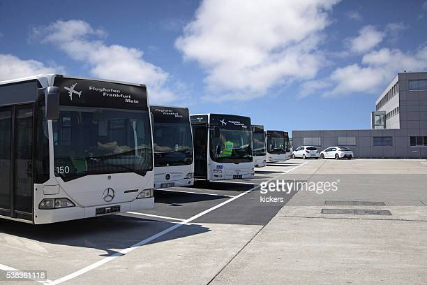 Autocarro de Transbordo garagem com autocarros no Aeroporto de Frankfurt