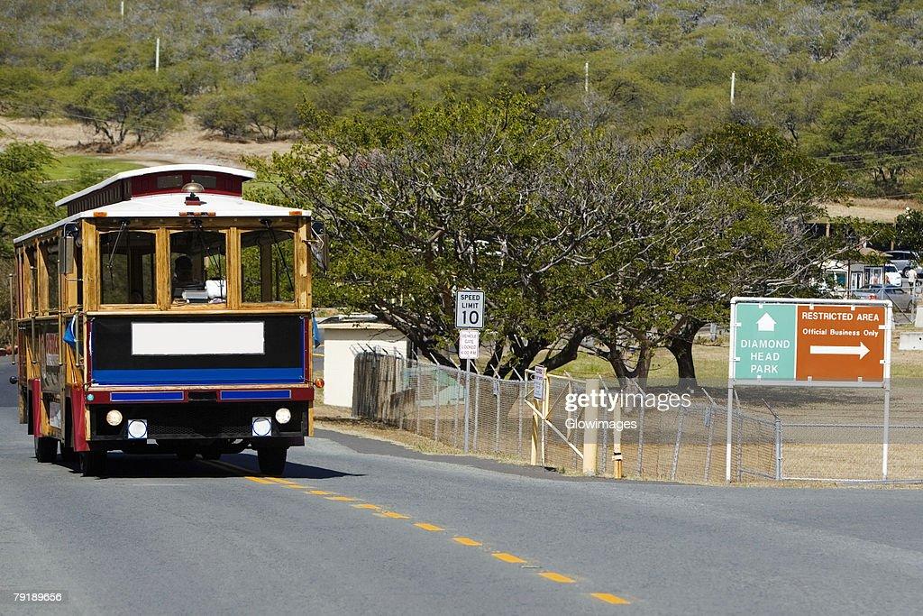 Bus on the road, Diamond Head, Waikiki Beach, Honolulu, Oahu, Hawaii Islands, USA : Foto de stock