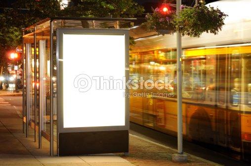 panneau daffichage un arr t de bus de nuit photo thinkstock. Black Bedroom Furniture Sets. Home Design Ideas