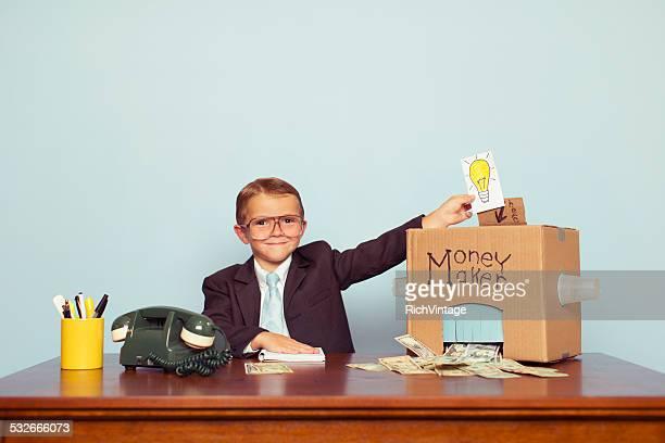 Niño de negocios pone Ideas en la máquina y hace dinero