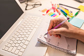 Close-up Of A Businessperson's Hand Writing Schedule In Diary With Pen. Man hands writing notes in daily planner. Calender Planner Organization Management Remind Concept. business Calender Planner mee