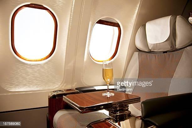 Business Class-Sitzplatz mit Champagner serviert.