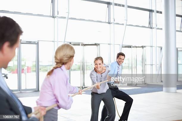 Business-Kollegen spielen Tauziehen