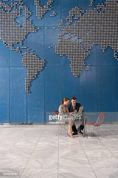 Geschäftskollegen mit laptop im Büro mit Welt