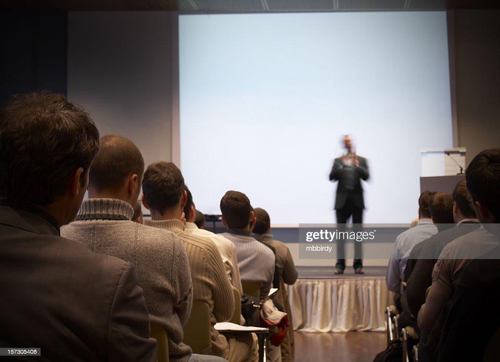Business-Konferenz in einer Halle mit weißer Bildschirm : Stock-Foto