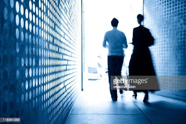 business-Paar und modernen wall