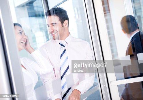 ビジネス建物のカップルを入力