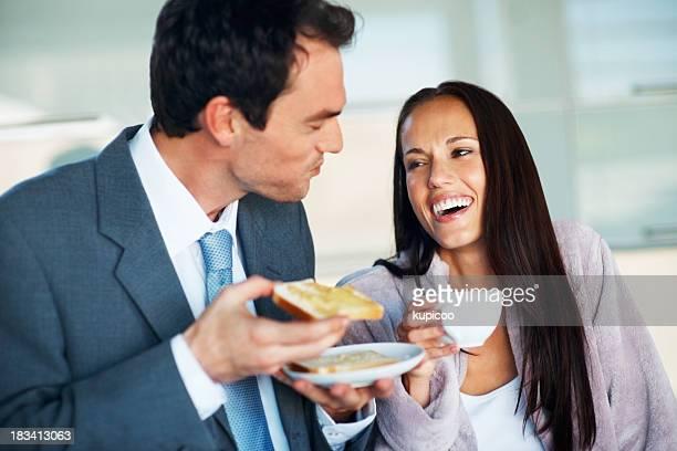 Affaires couple prenant le petit déjeuner