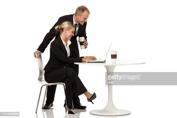 ビジネスのカップル」を使用して、ノートパソコン